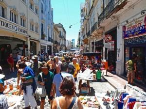 Zum Markt in San Telmo wird es voll in der kleinen Gasse Defensa