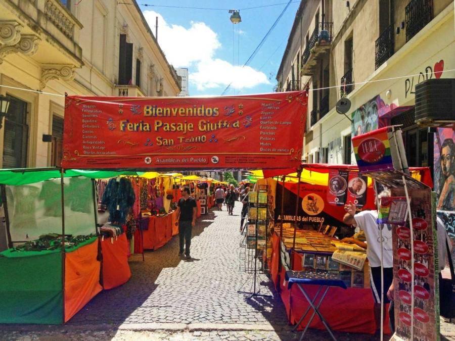 Buenos Aires | interessante Orte: Eingang zum Markt in San Telmo mit rotem Willkommens-Banner