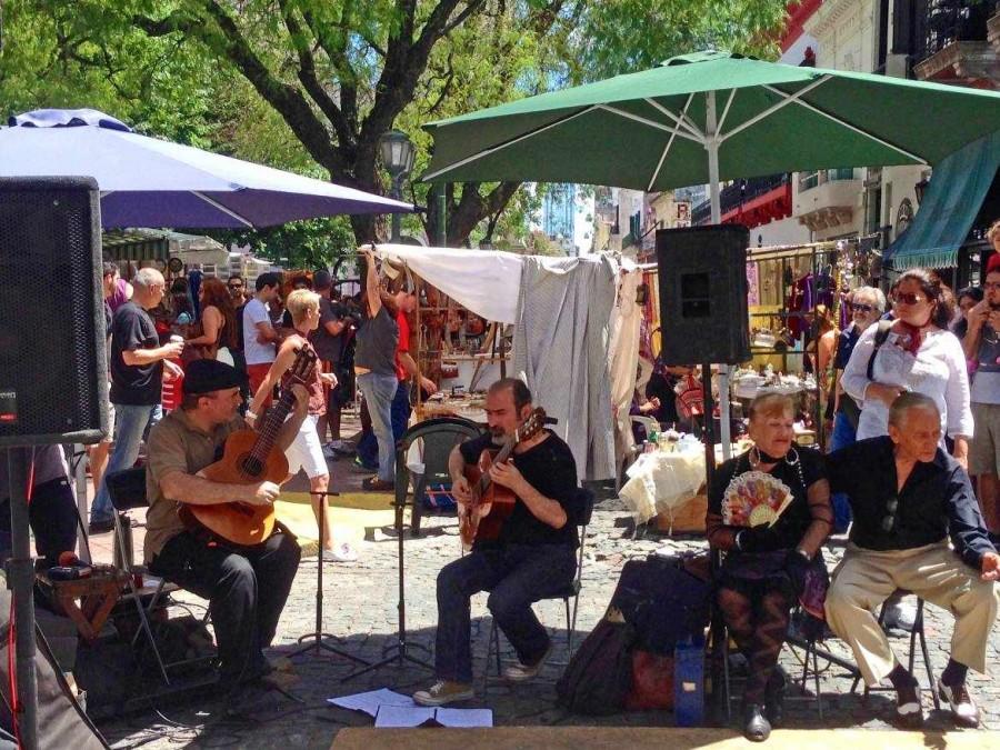 Argentinien | Buenos Aires, altes Tango-Pärchen mit Band am Plaza Dorrego auf dem Markt von San Telmo