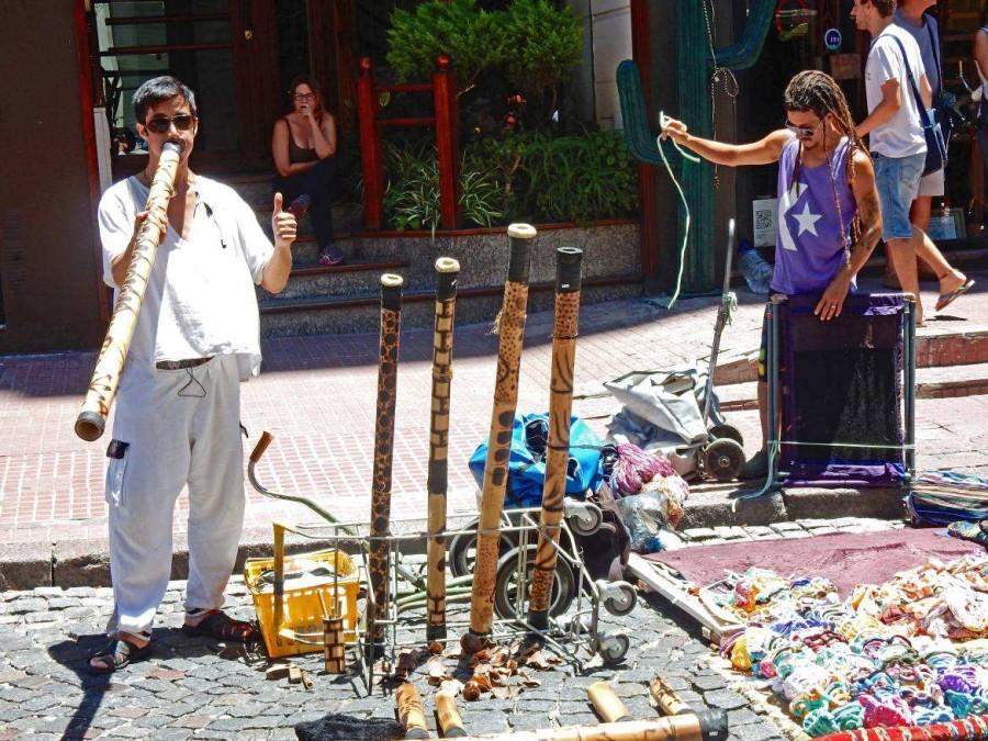 Argentinien | Buenos Aires, Musiker mit Instrument auf dem Markt in San Telmo