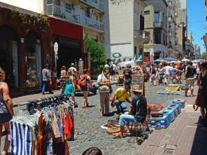 Argentinien | Buenos Aires, die bezaubernden Stände auf dem gut besuchten Markt in San Telmo