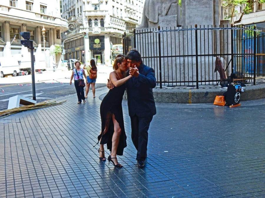 Argentinien | Tango-Darbietung durch ein festlich gekleidetes Paar in der Innenstadt von Buenos Aires