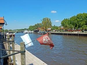 Argentinien | Am Hafen hinter der Touristeninformation fahren zahlreiche große und kleine Schiffe zu Erkundung des Tigre Deltas ab