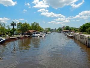Argentinien | Zahlreiche Fähren warten in einem Kanal auf Gäste zur Erkundung des Tigre Deltas