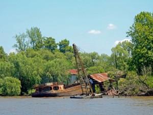 Argentinien | Malerische Stillleben auf den Inseln und in den Kanälen des Tigre Deltas, wie dieser verrostete Kahn