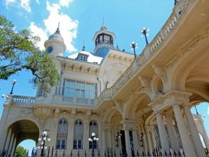Argentinien | Die weiße, verspielte Fassade des Museo de Arte Tigre wurde beeindruckend restauriert