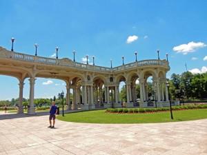 Argentinien | Märchenhaft angelegter Garten des Museo de Arte Tigre an der Victoria Promenade mit zahlreichen schattenspendenden Säulen