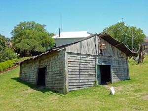 Argentinien | Ein im Rasen versunkenes Haus als Kunst im Garten des Museo de Arte Tigre