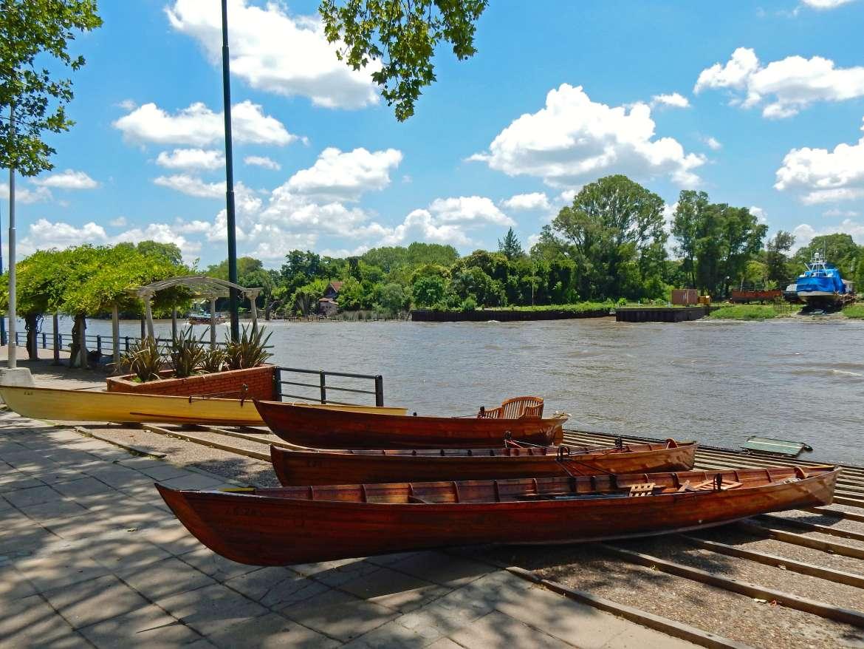 Argentinien | Hölzerne Ruderboote entlang der malerischen Victorica Promenade im Tigre Delta