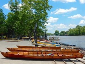 Argentinien | Ruderboote und Kayaks liegen an der malerischen Uferpromenade in Tigre