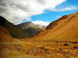 Argentinien | Bus Santiago - Mendoza, Straße und Bahnstrecke am Paso Internacional Los Libertadores bzw. Uspallata Pass