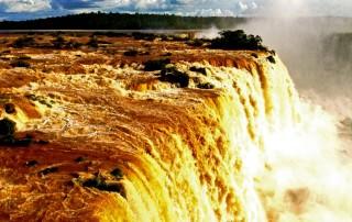 Brasilien | Der Floriano-Wasserfall von einer Plattform im Parque Nacional Iguacu betrachtet