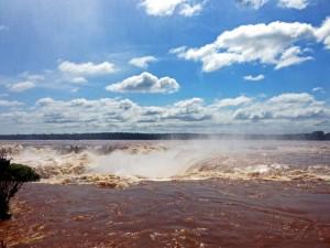 Argentinien | Blick auf den Garganta Diabolo (Teufelsschlund) im Parque Nacional Iguazu aus der Distanz
