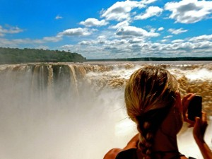 Argentinien | Auf der Plattform über dem Garganta Diabolo (Teufelsschlund) im Parque Nacional Iguazu wird man recht nass