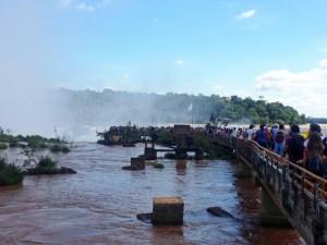 Iguazu-Wasserfälle | Touristenmassen strömen jeden Tag zur Plattform über dem Garganta Diabolo (Teufelsschlund) im Parque Nacional Iguazu