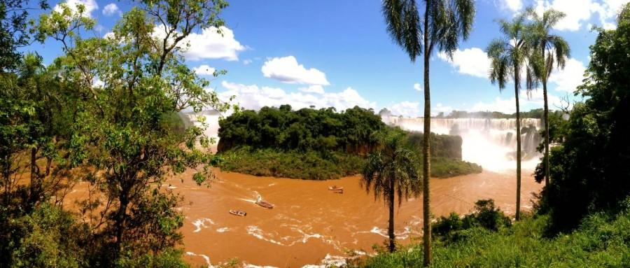 Argentinien | DIe Isla San Martin im Parque Nacional Iguazu ist umringt von Ausflugsbooten
