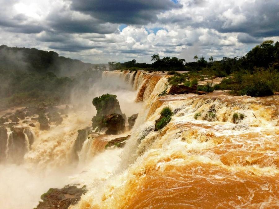 Argentinien | Braune Wassermassen am Paseo Superior im Parque Nacional Iguazu