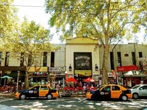 Mendoza | Sehenswürdigkeiten: Das große, helle Gebäude des Mercado Central ist erste Anlaufstelle für günstiges, lokales Essen