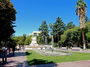 Argentinien | Idyllischer Brunnen mit Palmen und blauem Himmel am Plaza Espana in Mendoza