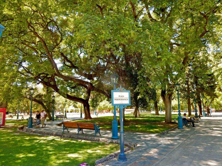 Mendoza | Sehenswürdigkeiten: Eingang zum Plaza Independencia