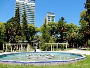 Mendoza | Sehenswürdigkeiten: Das Zentrum des Plaza Italia mit Brunnen vor Palmen