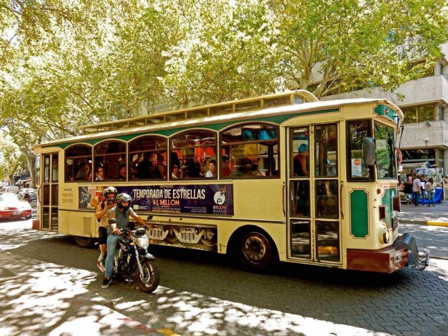 Argentinien | Typischer straßenbahnähnlicher Stadtbus in Mendoza
