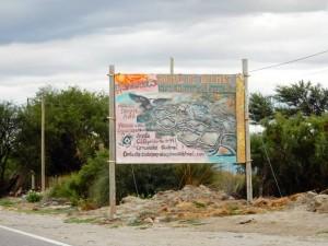 Region Salta, Argentinien | Ruinas del Quilmes bei Cafayate. Das Hinweisschild mit Zeichnung der alten Stadt als Wegweiser