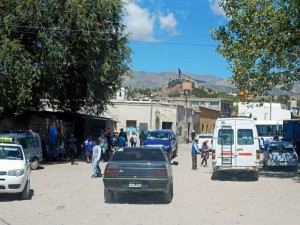 Argentinien | Im Zentrum von Humahuaca. Staubige Piste, Autos und einige Einheimische