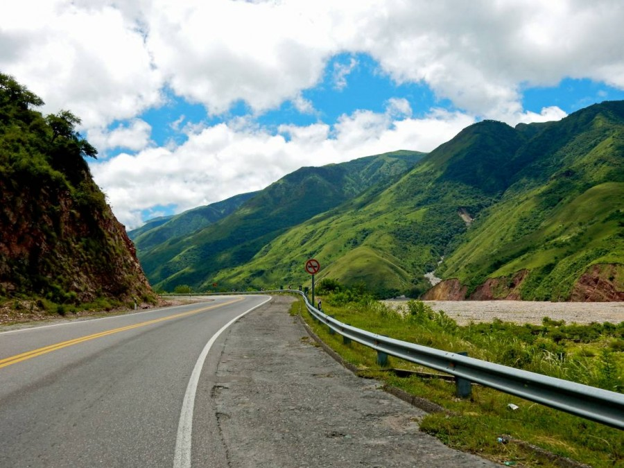 Argentinien   Die Quebrada de Humahuaca bei San Salvador de Jujuy. Grüne Bergketten umzingeln die Straße