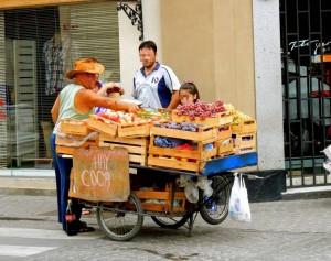 Argentinien | Salta, Obsterverkäufer verkauft legal Coca-Blätter
