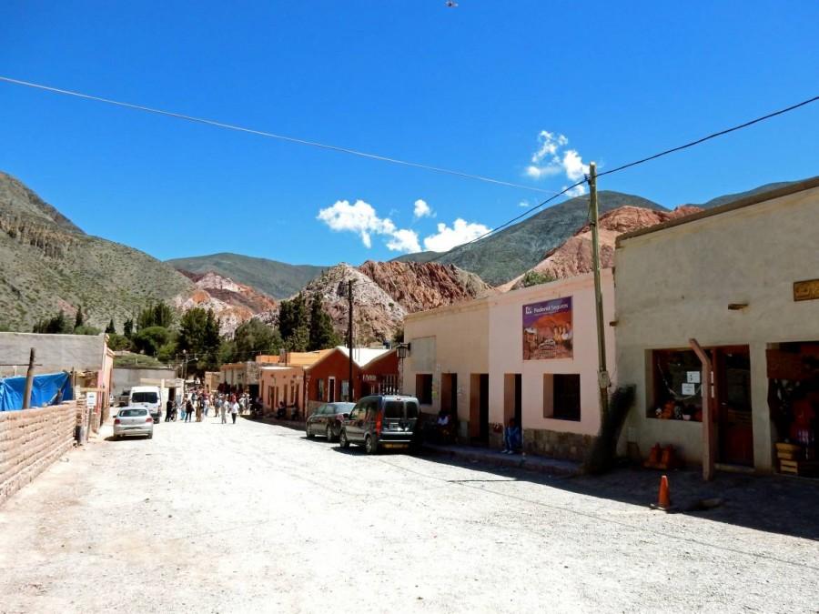 Argentinien | Die Hauptstraße in Purmamarca. Blick auf die staubige Straße mit einigen kleine Shops