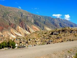 Argentinien | Maimara, ein kleines Dorf auf der Quebrada de Humahuaca . Blick auf das an einem Hügel liegende Dorf mit bunten Bergen und blauem Himmel