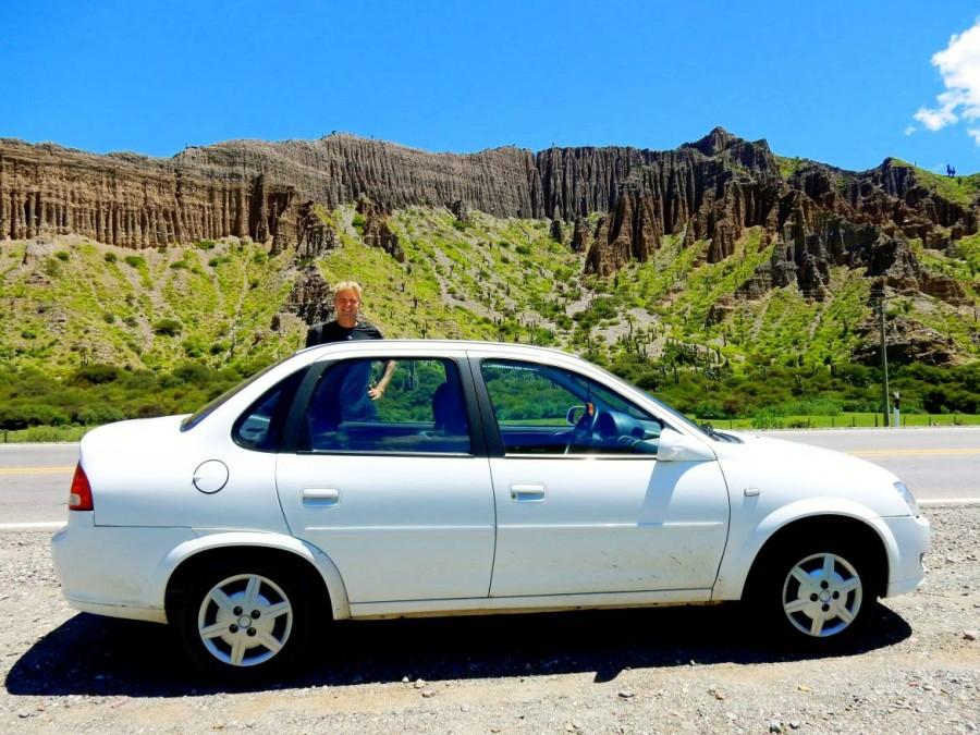 Argentinien | Mit dem Mietwagen auf der Quebrada de Humahuaca von Salta über Tilcara nach Humahuaca. Henning steht hinter unserem weißen Chevrolet