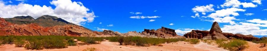 Argentinien | Panorama auf Quebrada de los Conchas von Cafayate nach Salta. Rote Bergketten vor blauem Himmel