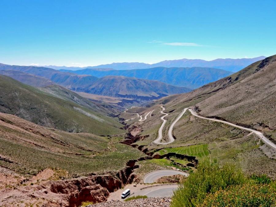 Argentinien   Serpentinen führen auf den Pass Altos del Morado auf dem Weg von Salta über Purmamarca zu den Salinas Grandes. Panorama der Bergkette