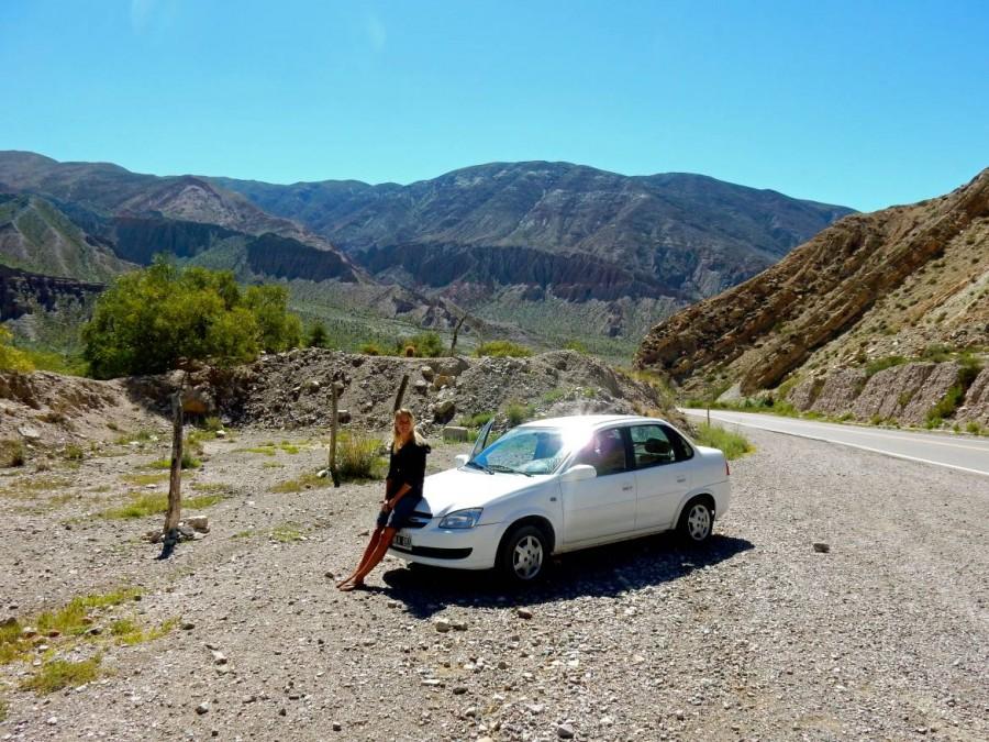 Argentinien | Pause auf dem Pass Altos del Morado auf dem Weg von Salta über Purmamarca zu den Salinas Grandes. Karin sitzt auf der Motohaube des weißen Chevrolets-Mietwagen
