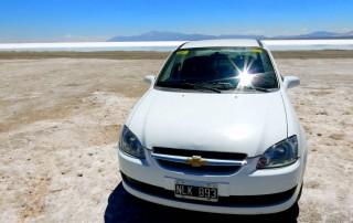 Region Salta, Argentinien | Unser weißer Mietwagen ein Chevrolet inmitten der Salzwüste Salinas Grandes del Noroeste
