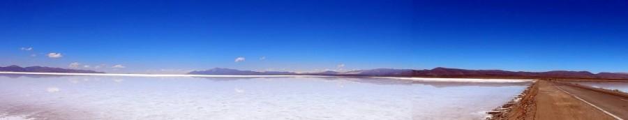 Argentinien | Panorama der Salinas Grandes del Noroeste bei blauem Himmel mit Spiegelung