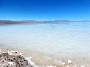 Argentinien | Salzablagerungen in Der Salzwüste Salinas Grandes del Noroeste. Panorama über die Salzwüste bei blauem Himmel und Sonnenschein