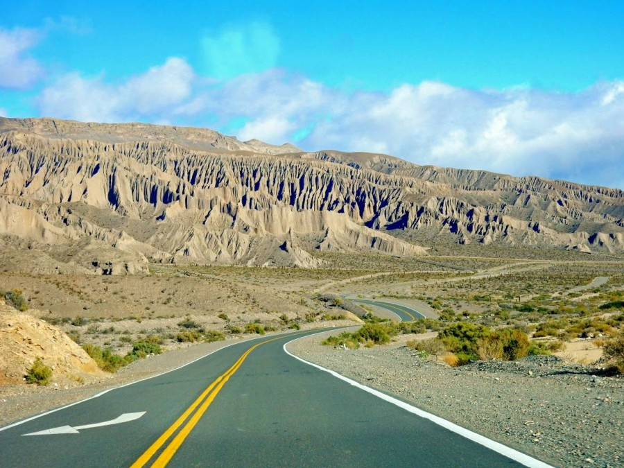 Argentinien | Auf der RN51 von San Antonio de los Cobres nach Salta. Wunderschöne zinnenartige Bergformationen umgeben die sich hindurch schlängelnde Straße