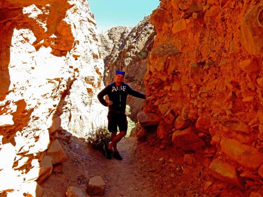 Argentinien | Wanderung zum Garganta de Diabolo in der Nähe von Tilcara. Henning steht in einer Felsspalte