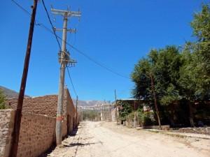 Argentinien | Staubige Gassen in Tilcara bei blauem Himmel