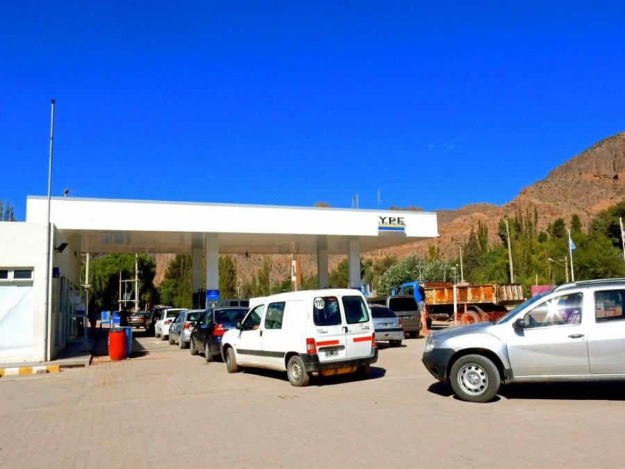 Argentinien | Stau an der Tankstelle in Tilcara