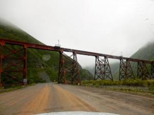 Region Salta, Argentinien | Brücke des Tren de los Nubes bei San Antonio de los Corbes. Blick auf die Zugbrücke bei Regen und Nebel umgeben von grün bewachsenen Bergen