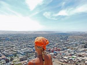 Chile | Karin genießt das Panorama auf das Stadtzentrum vom El Morro in Arica