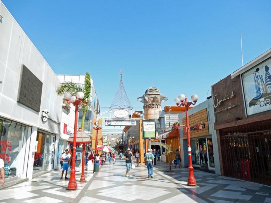 Chile | Fußgängerzone, Paseo 21 de Mayo in Arica. Blick auf die mit Shops gesäumte Straße