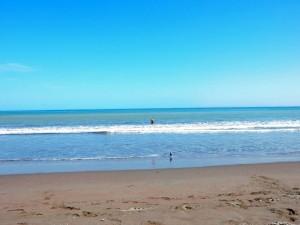 Chile | Der Strand Playa Chinchorro in Arica. Henning wagt sich ins Wasser zum baden