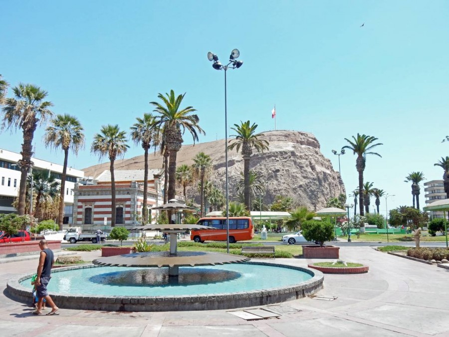 Chile | Plaza Colon mit El Morro im Hintergrund in Arica