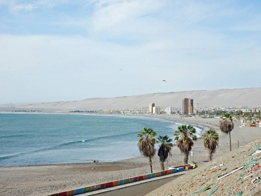 Chile | Panorama entlang der Strandpromenade zum Playa Chinchorro Strand in Arica. Wüste im Hintergrund