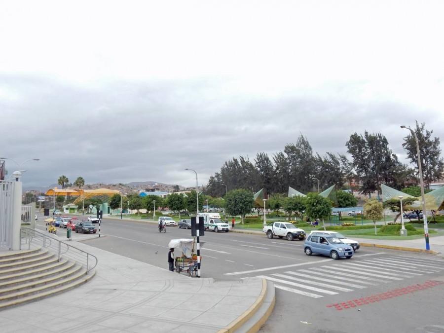 Peru | Chile, Ankunft am Busterminal in Tacna beim Weg über die Grenze von Arica nach Arequipa. Blick auf die umliegende Straße